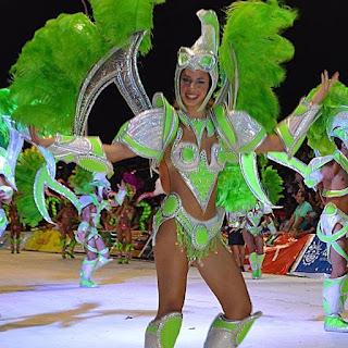 Mechy, la chica del video porno con los automovilistas, desfilando en una comparsa del carnaval de Concordia.