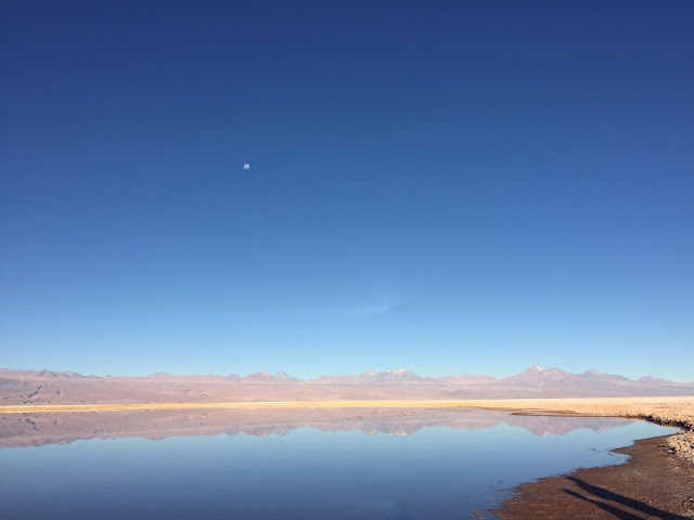 A Lagoa Tebinquinche reflete as montanhas