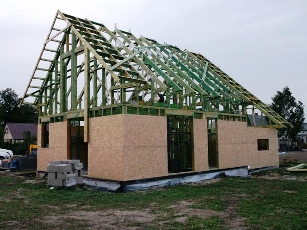 Dom szkieletowy w trakcie budowy - OSB