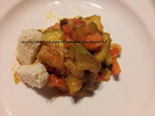 Zucchini rifatti con il pomodoro e gli odori