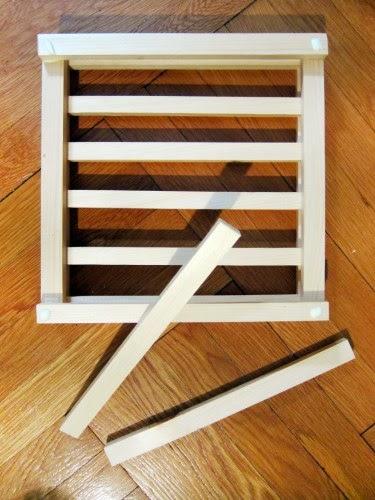 Tiếp tục dán thêm các thanh gỗ tạo nên thành chậu
