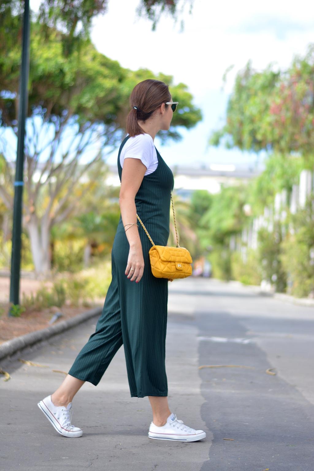 outfit-mono-verde-zara-converse