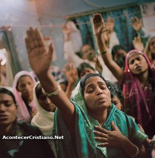 Mujeres cristianas de India alabando a Dios en iglesia