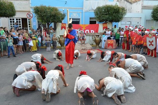 Espetáculo infantil e encenação sobre a Paixão de Cristo : Veja as fotos