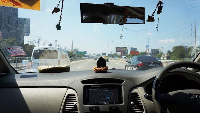 Изображение дороги через лобовое стекло авто
