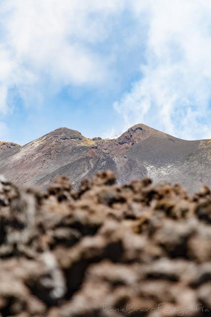 Primer plano del cráter principal del volcán Etna y escoria volcánica