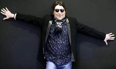 Foto de Joaquín Sabina posando parado