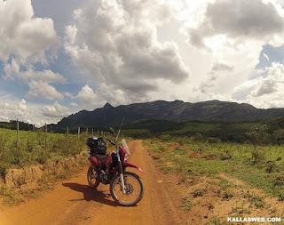 Parada para fotos, moto e uma bela vista da serra.