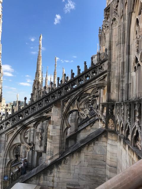 イタリア・ミラノのドゥオーモの途中の屋根からさらに階段を上がる