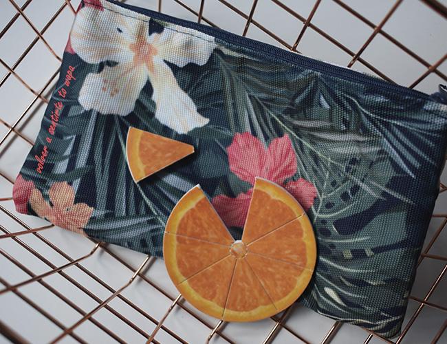Neceser de tela con flores y lima de uñas con forma de naranja - Regalos de Bea del blog Miss Potingues