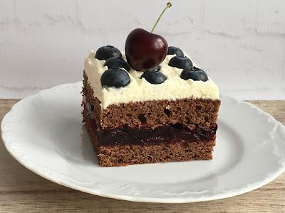 Pyszne ciasto kakaowe z czereśniami i kremem z mascarpone