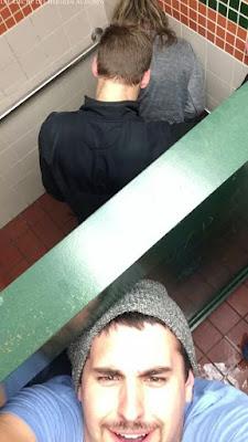 Lustiges Männerbild - Selfie von der Toilette