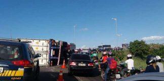 Carreta tomba em viaduto e congestiona trânsito em Fortaleza