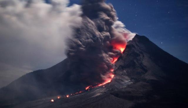 Μπαλί: Η στάχτη από το ηφαίστειο Αγκούνγκ φτάνουν σε ύψος 2.000 μέτρων