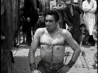 anthony quinn as zampano, the chain breaking act, la strada, directed by federico fellini
