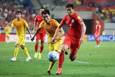 Son Heung-min con la selección de futbol de Corea del Sur enfrentando a China en septiembre de 2016