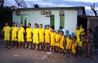 Casal com 13 filhos homens com nomes iniciados com a letra 'R', espera 14º menino e quer 'manter tradição'