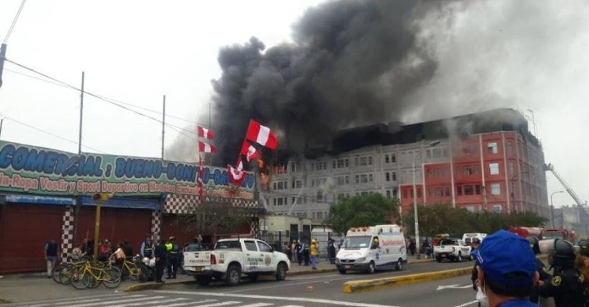 INCENDIO EN LAS MALVINAS: Fuego consume almacén con artículos inflamables [Centro Comercial Nicollini] Av. Argentina Av. Colonial - Plaza 2 de Mayo - Centro de Lima