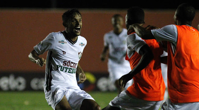 Scarpa festejou o feito com os seus companheiros de Fluminense (foto: Nelson Perez/Fluminense)