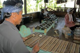Melestarikan Budaya dengan Memainkan Gamelan Sunda