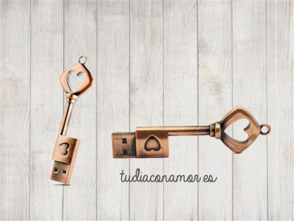 Pendrive con forma de llave con un estilo muy romántico. Esta memoria usb es ideal como recuerdo de vuestra boda, un regalo moderno, diferente y original para vuestros invitados.