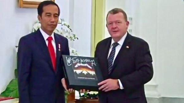 Ο πρωθυπουργός της Δανίας προσφέρει στον πρόεδρο της Ινδονησίας υπογεγραμμένο box set των Metallica