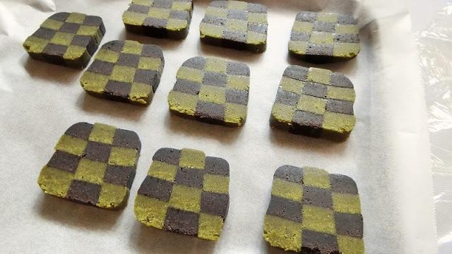 トースターの天板にクッキングシートを敷き、クッキーを間隔を空けて並べる