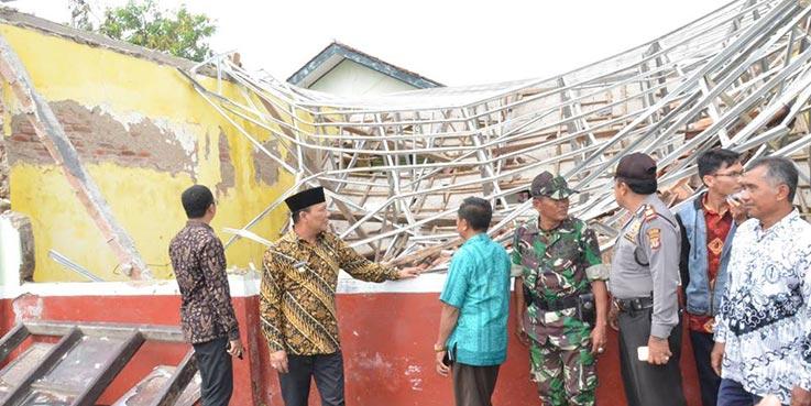 Wakil Bupati Karawang Ahmad Zamaksyari saat meninjau sekolah yang roboh.