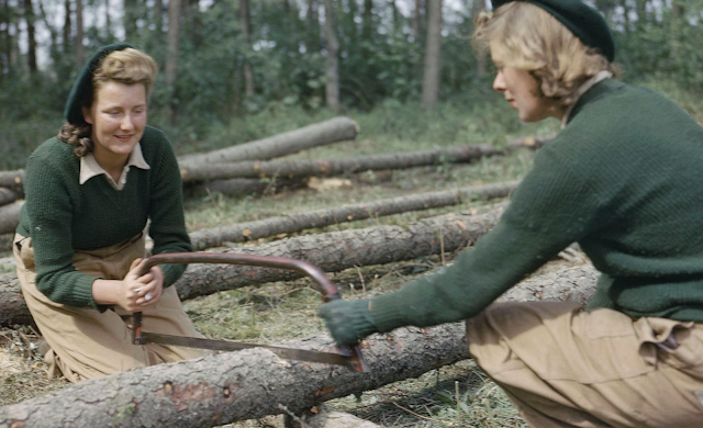 Land Army girls color photos of World War II worldwartwo.filminspector.com