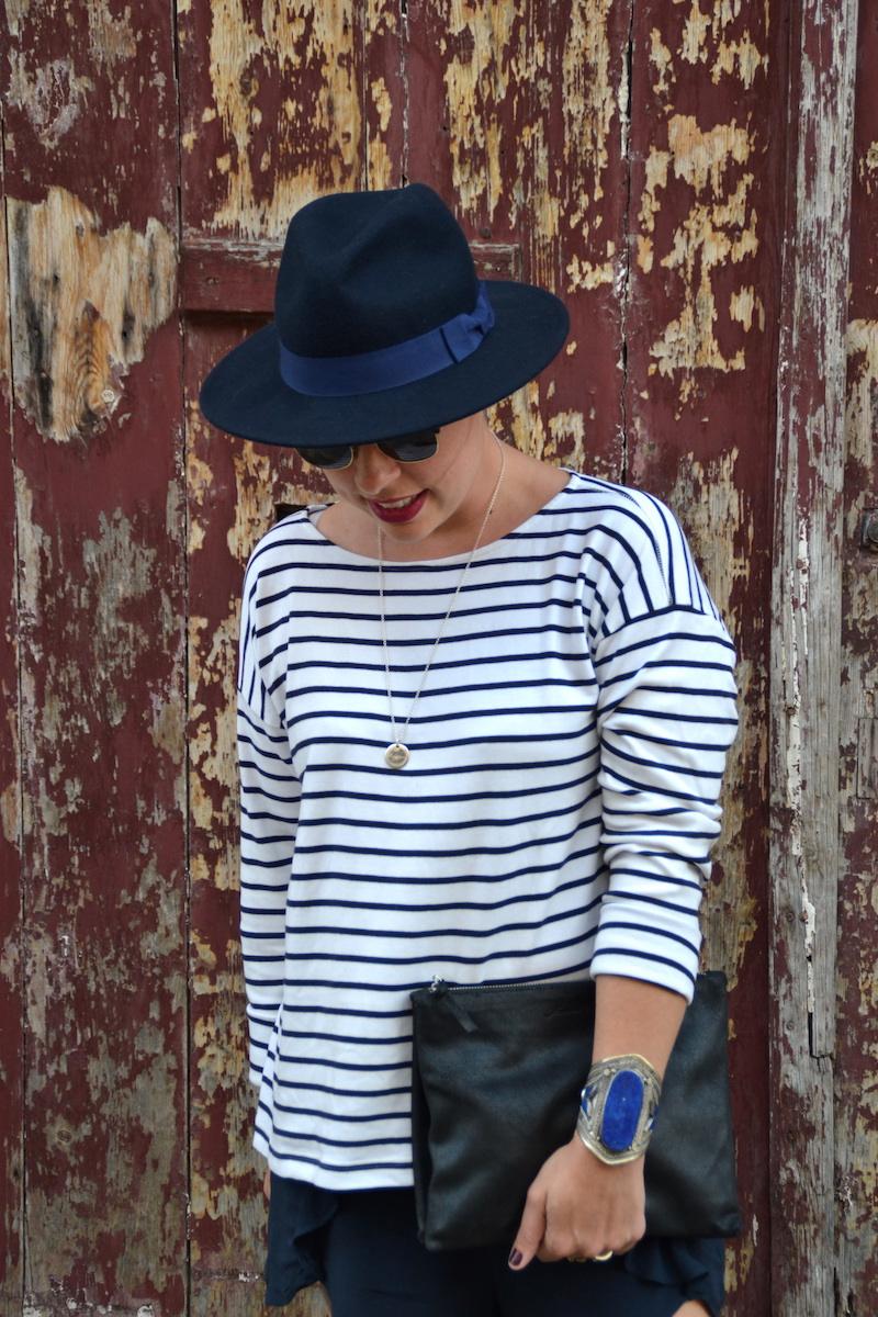 mariniére H&M, chapeau Aleane officiel, sandale Sheinside, pochette American Vintage, manchette bleu lapis