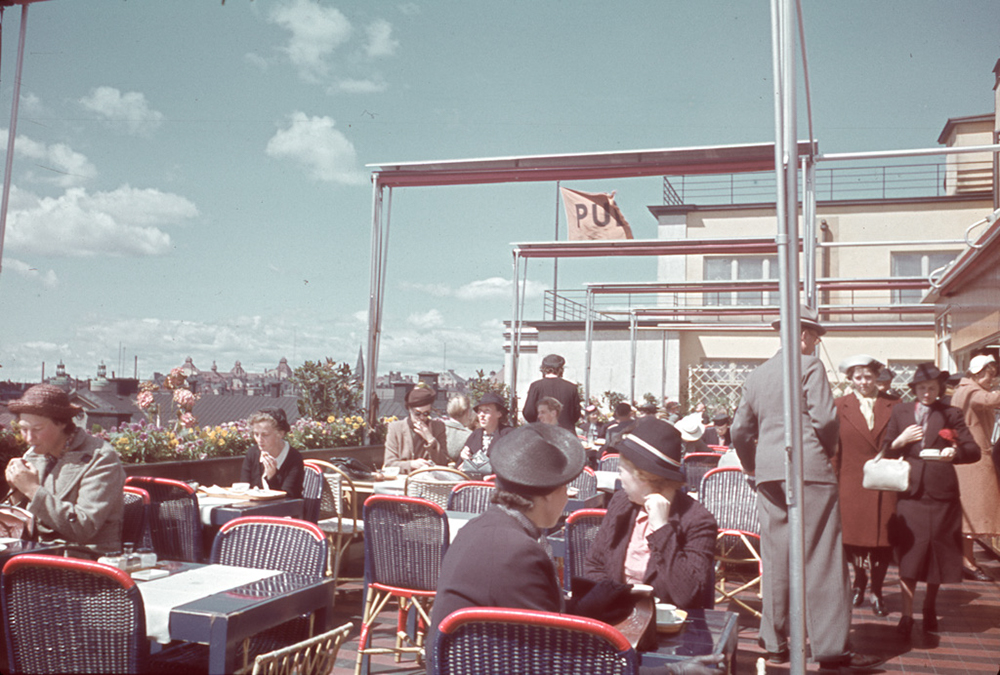 35 incredible color photos document everyday life of for Terrace 6 pub indore
