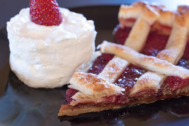 Receta de cómo hacer una tarta con hojaldre y frutas, esta vez con fresas.