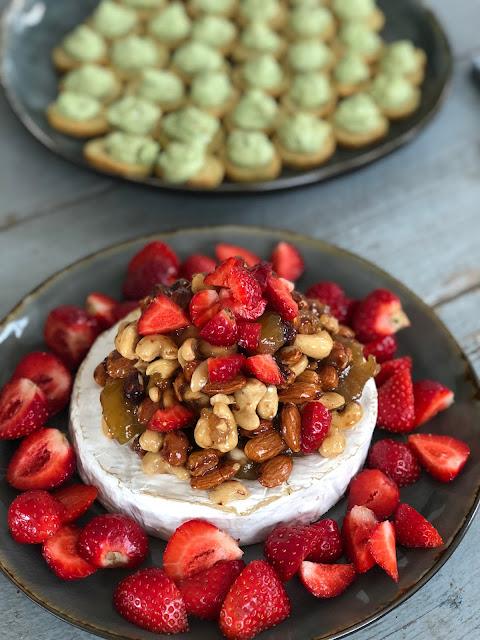 Brieost med nötter och jordgubbar