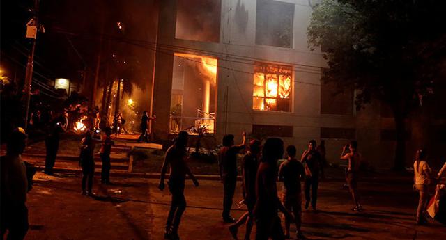 Incendian el Congreso de Paraguay en protesta contra reforma constitucional