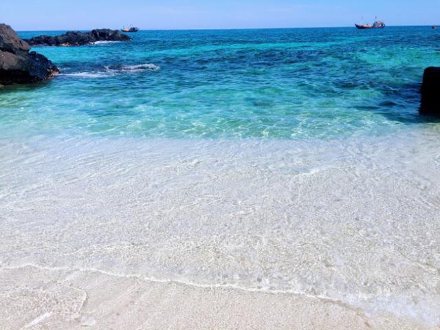 Cát trắng mịn, nước biển trong vắt, mát lạnh