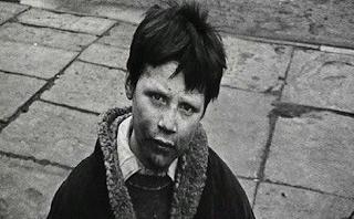 Ένα αγόρι χτύπησε μια πόρτα για να ζητήσει φαγητό. Αυτός που του άνοιξε του έδωσε πολλά περισσότερα!