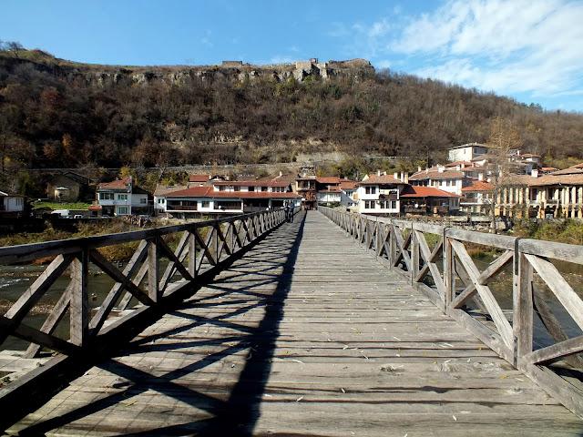 Puente de madera en Veliko Tarnovo barrio de Asenova