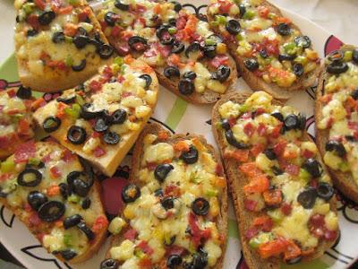Ekmek%2B%25C3%259Czeri%2BKahvalt%25C4%25B1l%25C4%25B1k%2BPizza - Ekmek Üzeri Kahvaltılık Pizza Tarifi