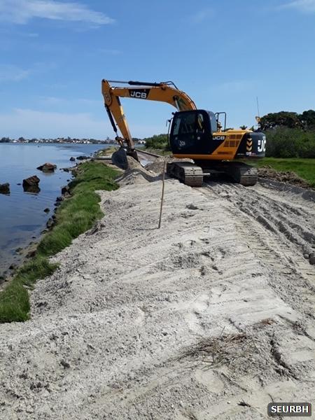 Obras na Praia da Teresa avançam e prefeitura realiza recomposição da faixa de areia