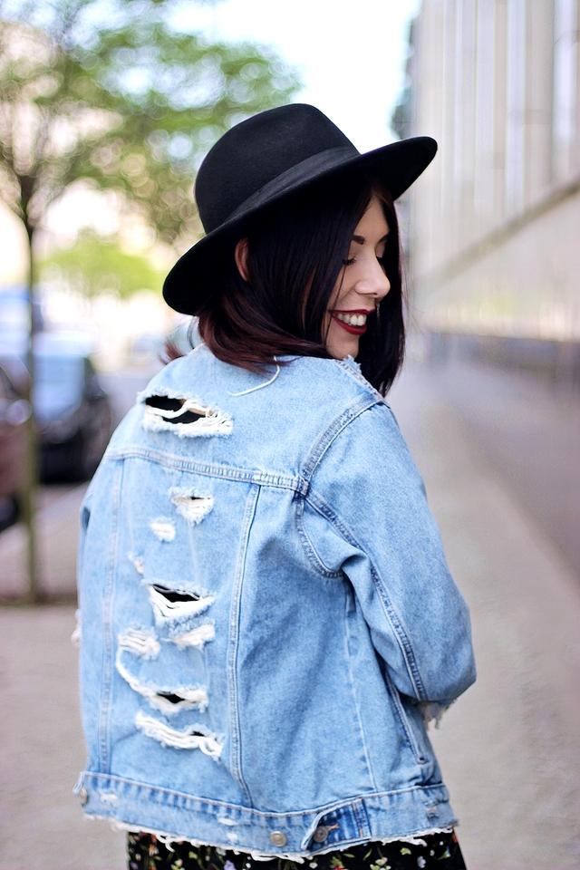 dżinsowa kurtka z dziurami | podarta katana z dżinsu | jak nosić kurtkę z dziurami | stylizacja z dżinsową kurtką | stylizacja z kapeluszem | sesja zdjęciowa Częstochowa | styl grunge | blog o modzie | blog modowy | łódzka blogerka