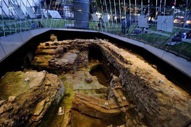Okno archeologiczne w Akwizgranie - relikty rzymskie i średniowieczne