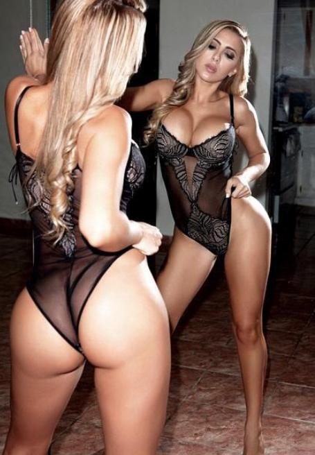 Loira sensual em foto do bundão no espelho