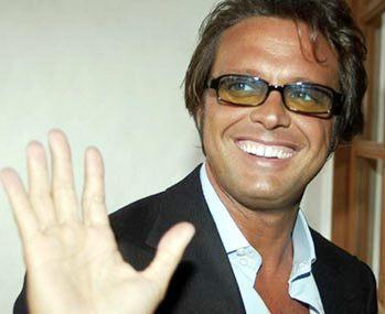 Foto de Luis Miguel saludando