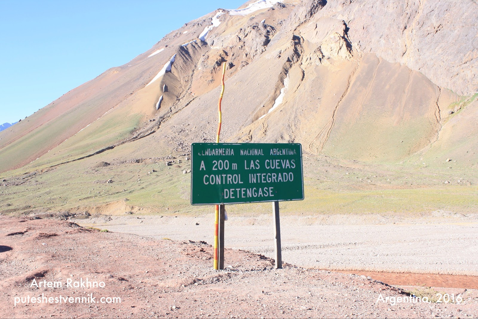 Дорожный указатель в горах