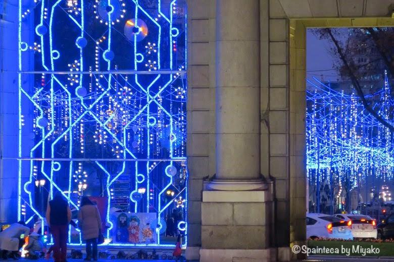 ブルーにライトアップされたマドリードのアルカラ門
