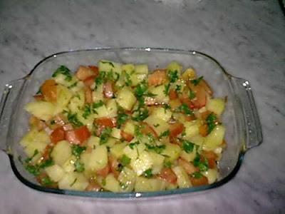 سلطة سهلة ومغذية بالبطاطس والطماطم