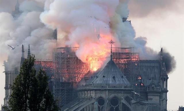 En fotos: así fue el incendio que consumió gran parte de la catedral de Notre Dame en París