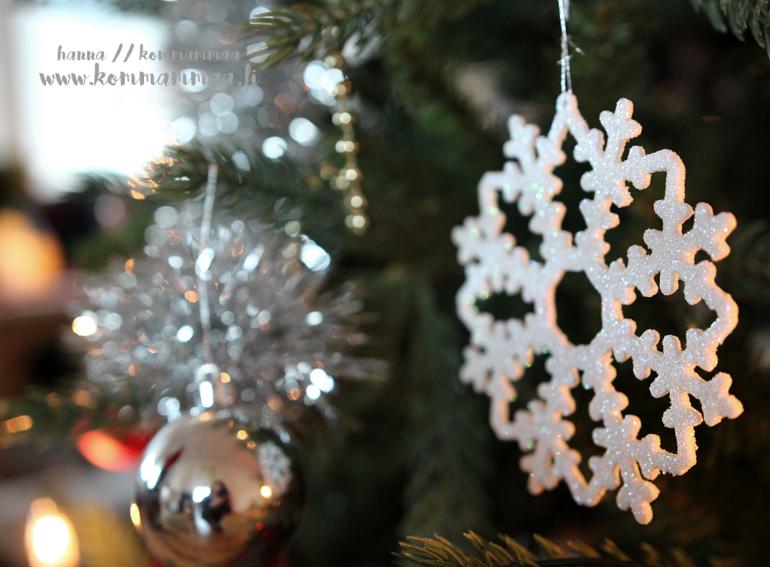 joulukoristeet kuusessa