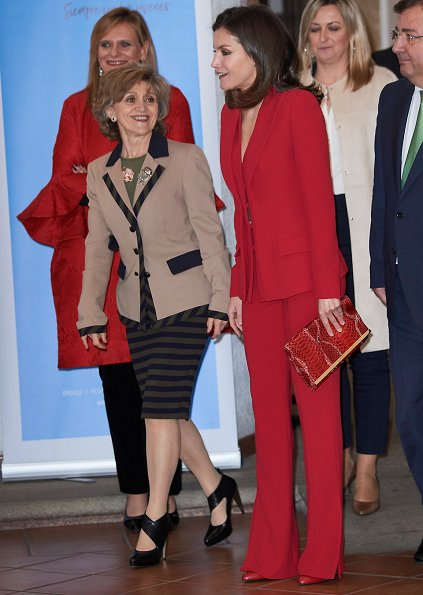 Queen Letizia wore Roberto Torretta suit from Fall Winter 2017 2018 collection. she carries Carolina Herrera