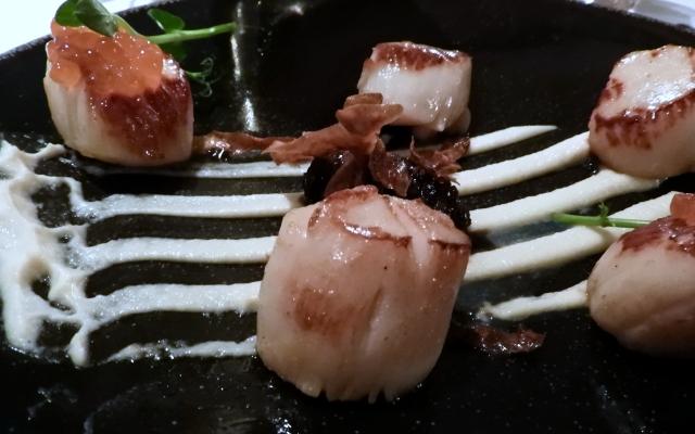 Seared scallops, Jerusalem Artichoke purée, Pancetta Jam and Salmon roe